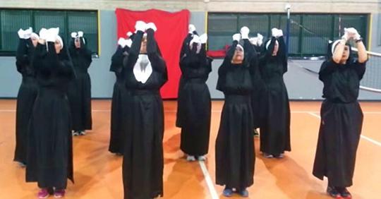 Elf Nonnen heben ihre Hände zum Himmel, und als der Beat einsetzt wird die ganze Szene urkomisch
