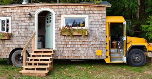 Ein Ehepaar entscheidet sich für einen Schulbus, um darin zu leben und verwandelt ihn in ein komfortables Zuhause.