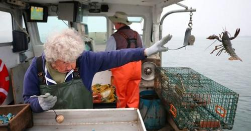 Die 101-jährige Großmutter arbeitet weiterhin an Bord eines Fischerbootes und hat nicht vor, aufzugeben