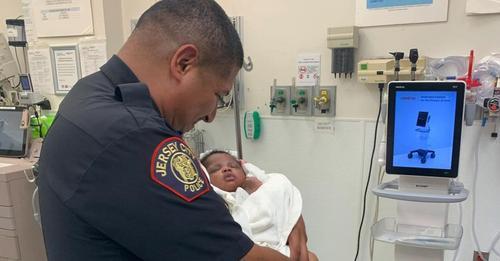 Polizist fängt ein Monat altes Baby auf – war aus dem 2. Stock vom Balkon geworfen worden