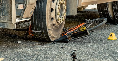 Essen: Radfahrer kollidiert mit Lkw und wird hunderte Meter mitgeschleift – Notarzt kann nur noch Tod feststellen