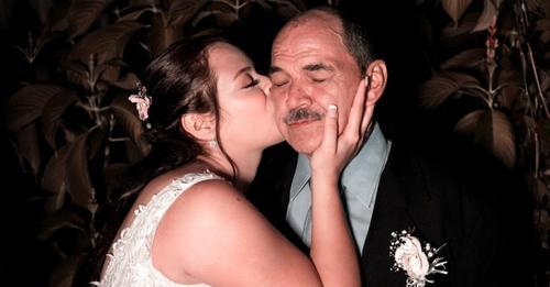 Die Braut bittet darum, von ihrem leiblichen Vater und ihrem Adoptivvater zum Altar geführt zu werden: eine emotionale Szene